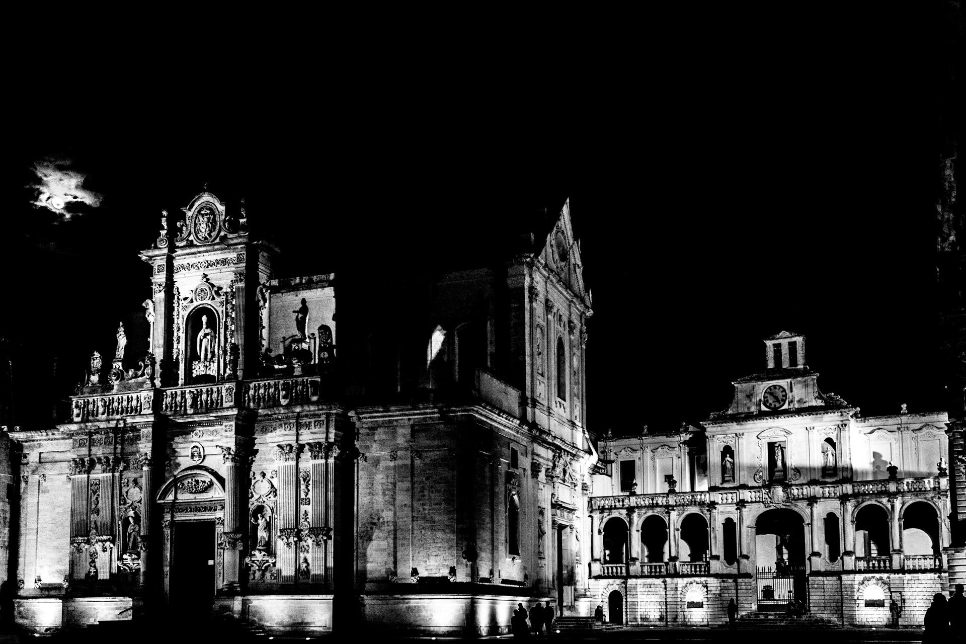 Piazza Duomo Lecce in una sera invernale in bianco e nero