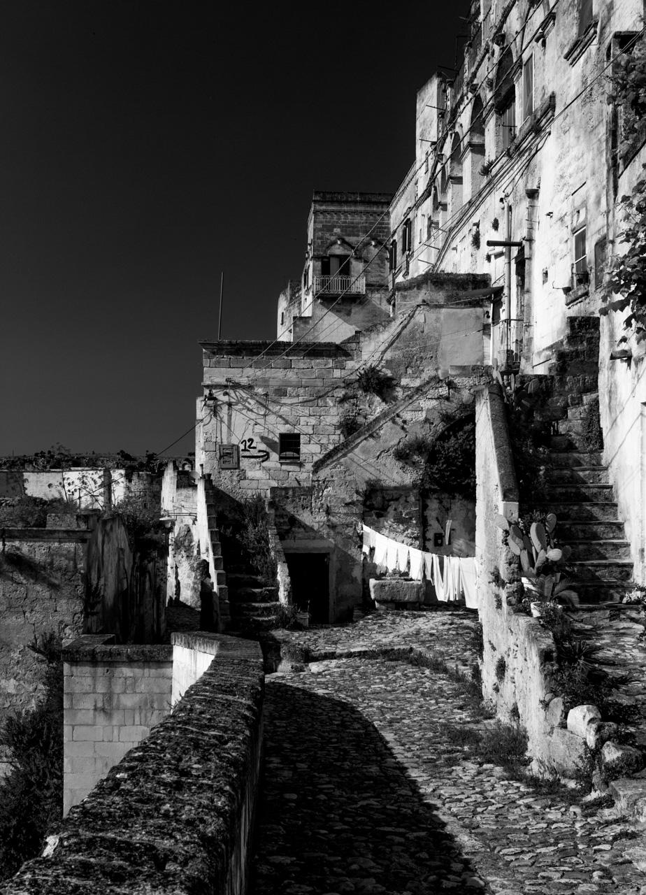 Un angolo tra i Sassi di Matera dove i panni stesi al sole catturano il profumo della primavera