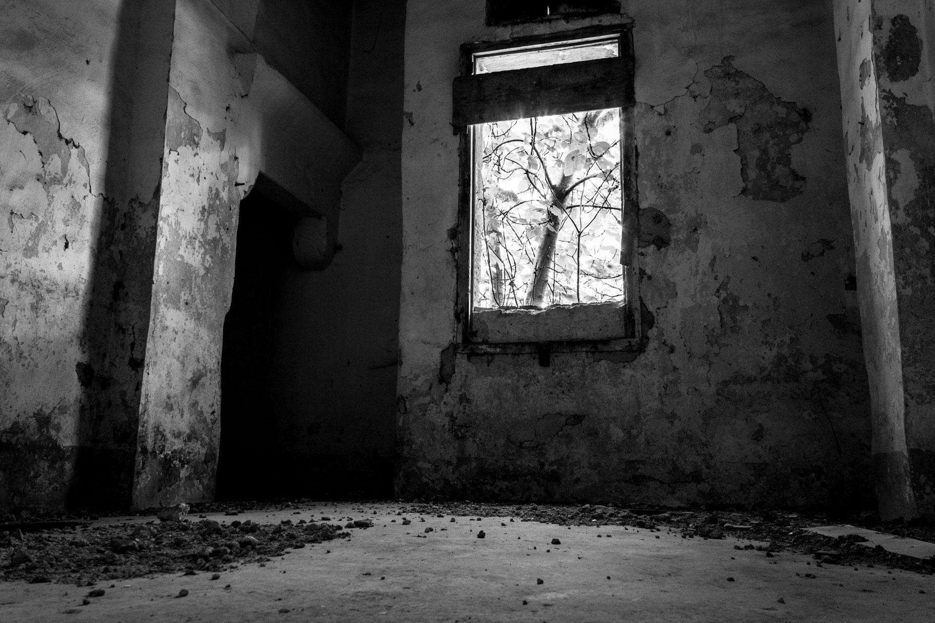 Una finestra di una masseria abbandonata che guarda verso il suo cortile
