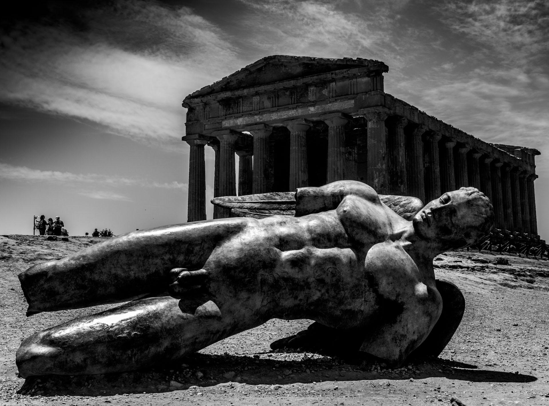 Valle dei Templi Agrigento: Icaro di Igor Mitoraj ai piedi del al Tempio della Concordia