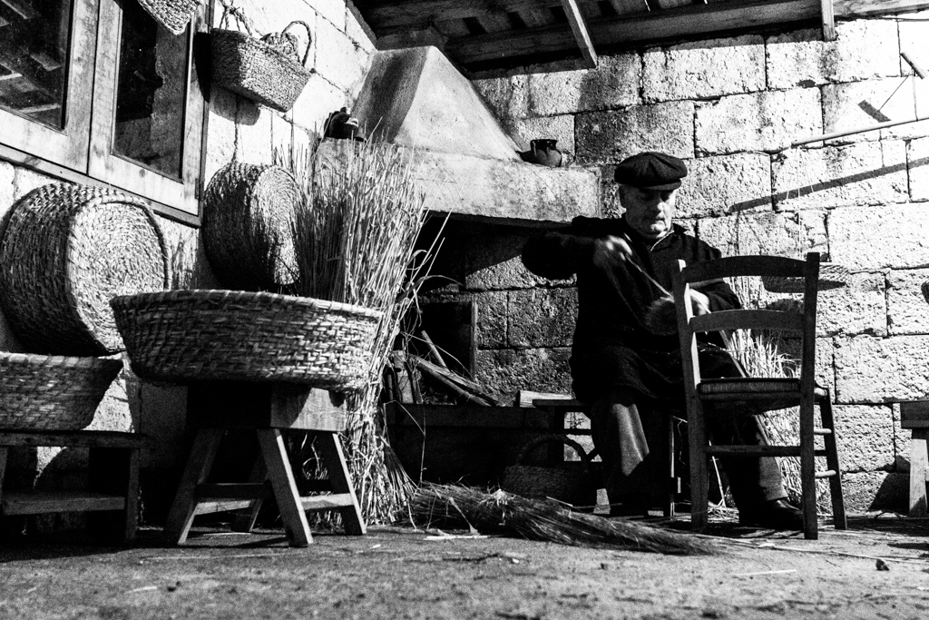 Antichi mestieri del Salento: creare contenitori per alimenti con la paglia