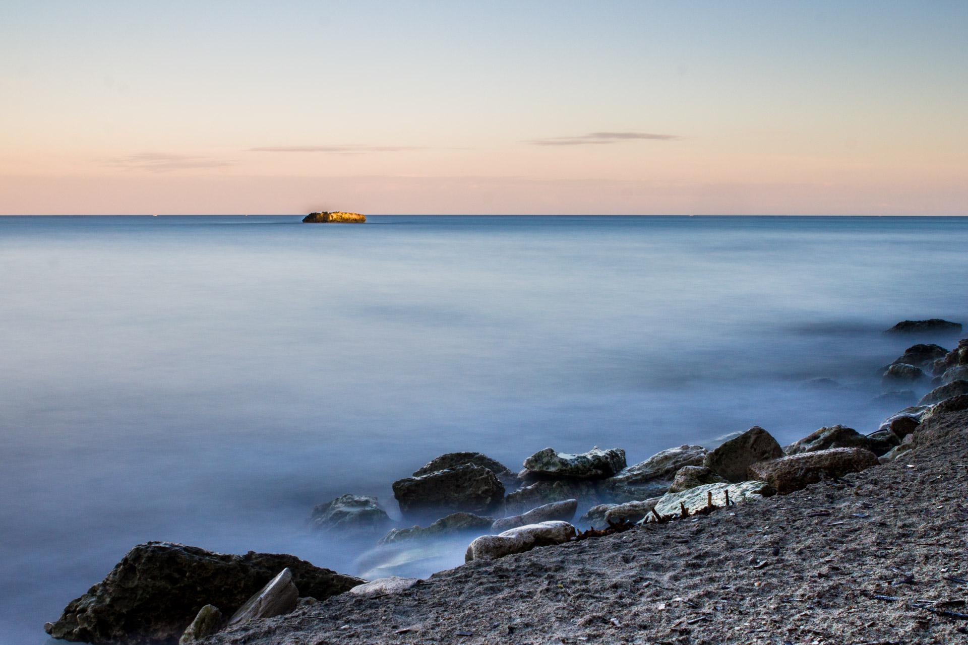 Il mare d'inverno al tramonto fotografato con la lunga esposizione
