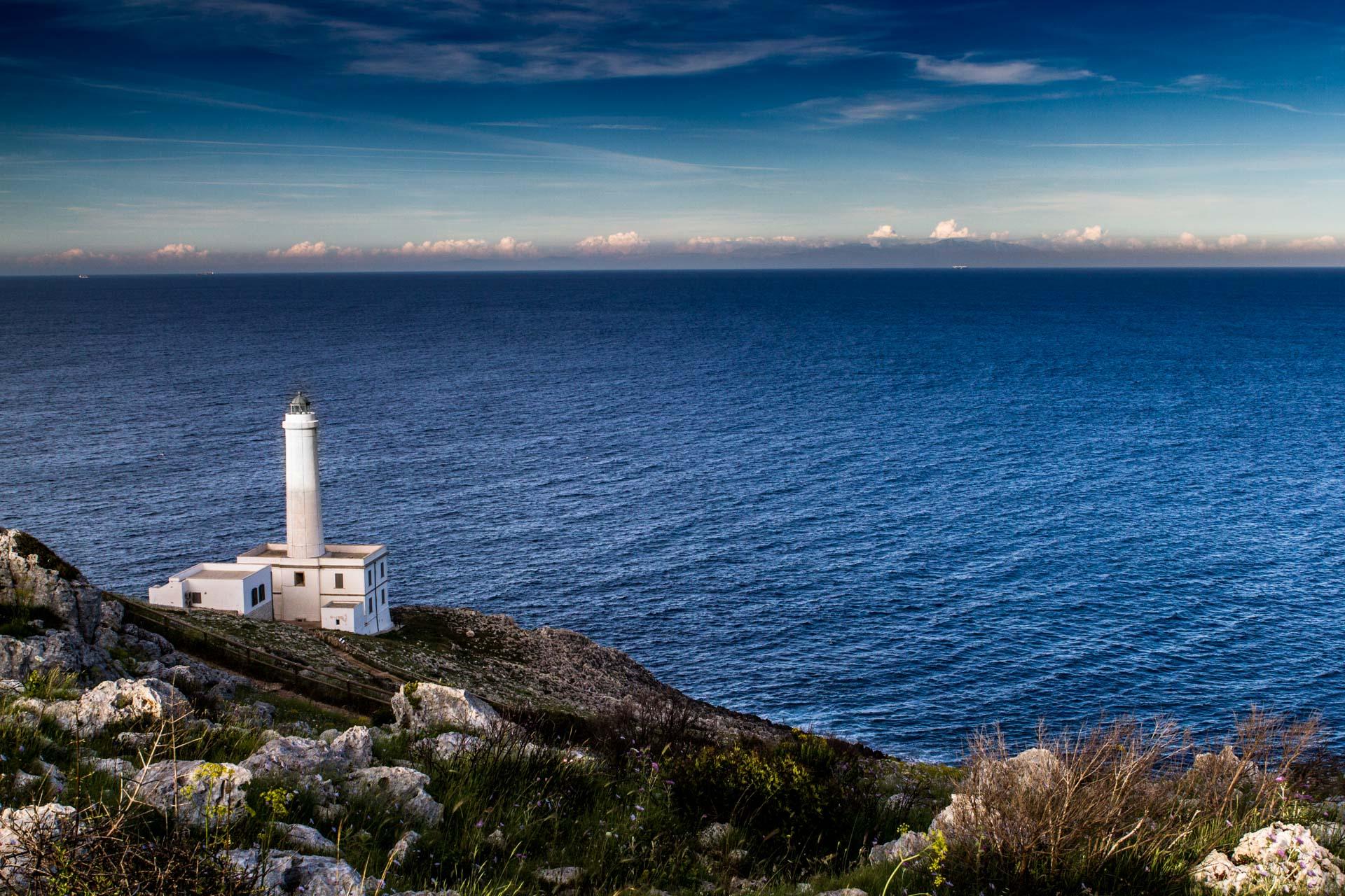 Il faro di Punta Palascia del Capo d'Otranto che guarda il mare e le montagne dell'Albania