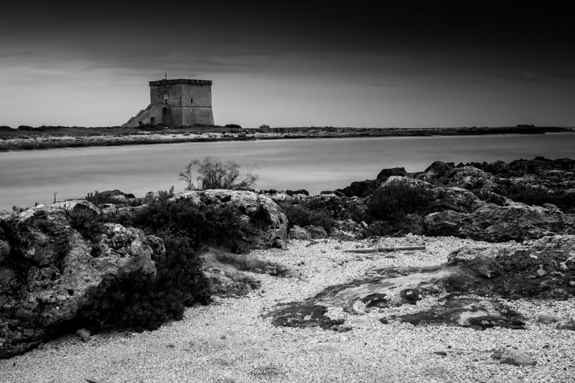 La torre costiera a Torre Lapillo a guardia della sua terra dalle incursioni del mare