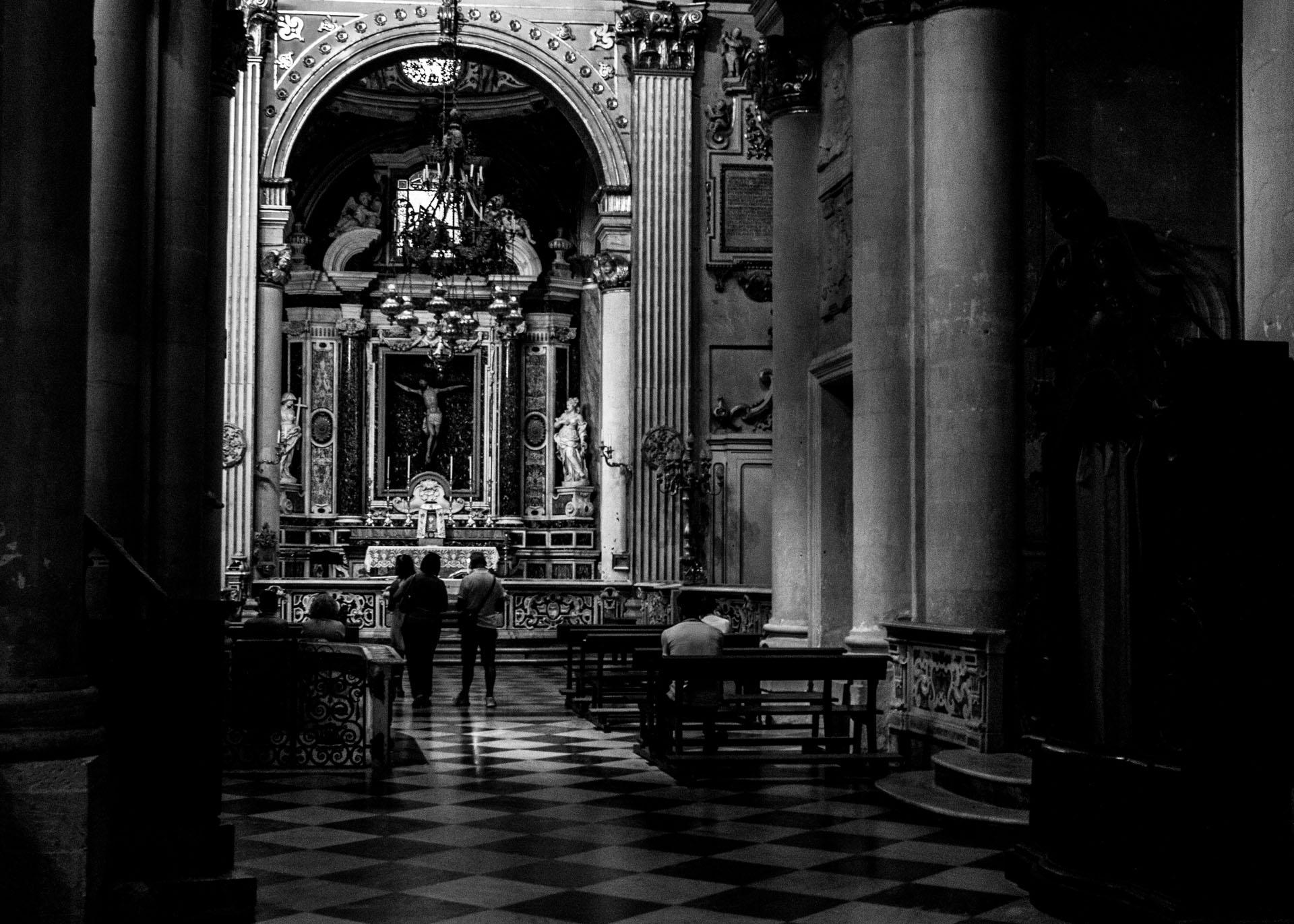 Turisti e fedeli in religioso silenzio alla Cappella del Crocefisso del Duomo di Lecce