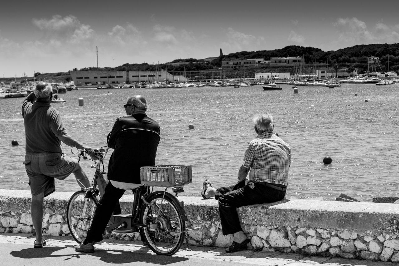 Anziani nativi sociali al porto di Otranto