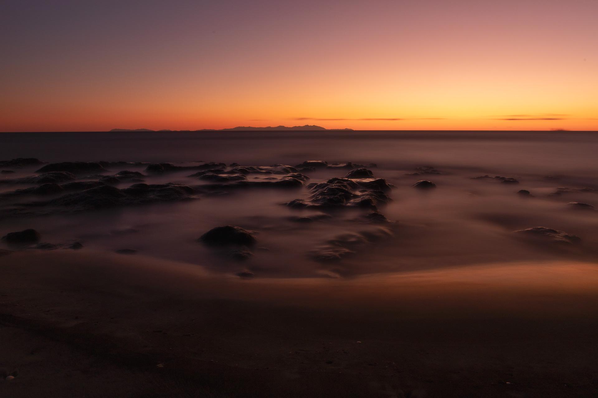 L'alba con le montagne dell'Albania, seascape long exposure photography
