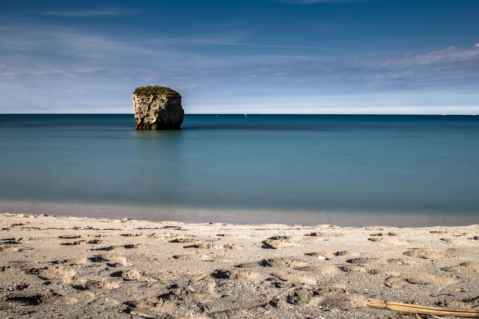 Spiaggia e scoglio in mare, seascape long exposure photography