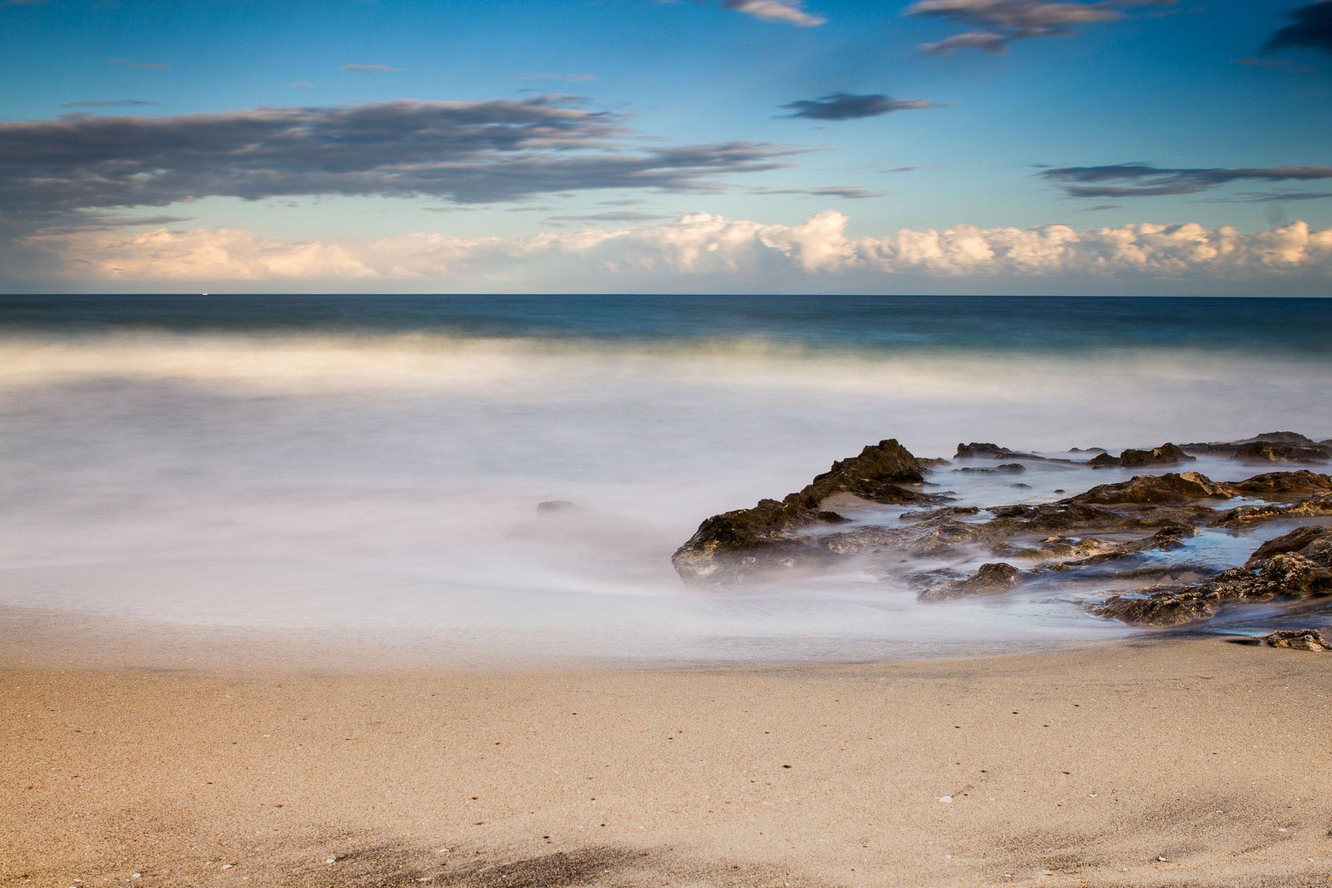 Una spiaggia al tramonto, seascape long exposure photography